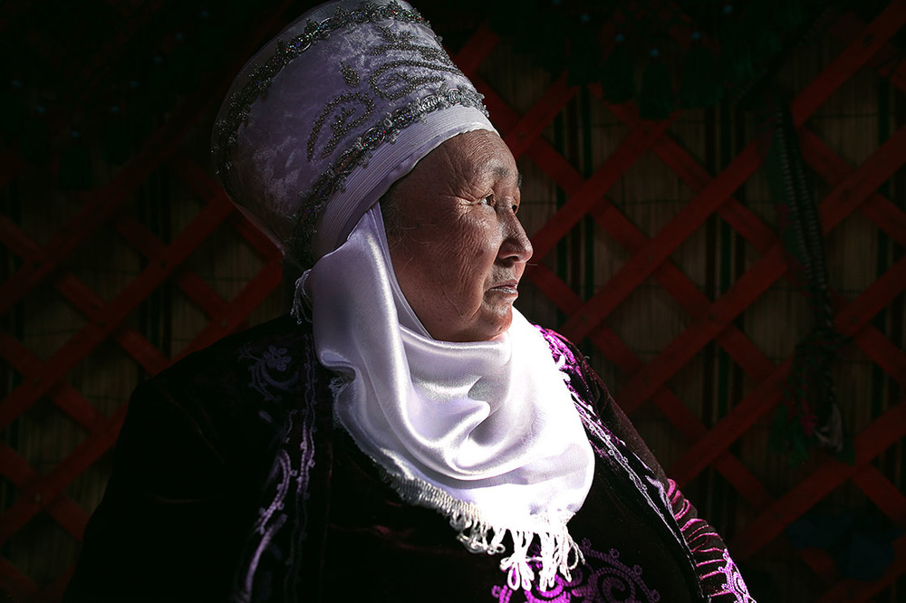 Kyrgyz grandmother during Norouz  /  Grand-mère kirghize durant Norowz   | KIRGHIZISTAN