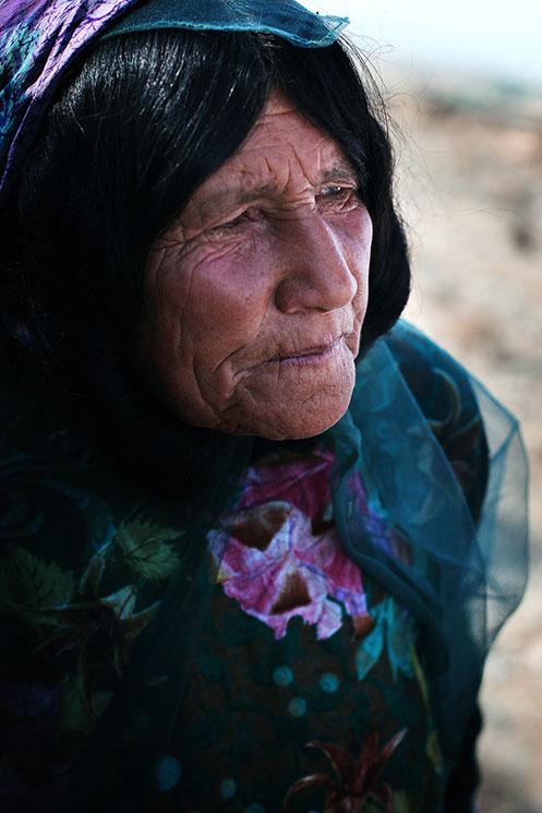 Woman from Qashqai tribe /Habillées avec des couleurs vives, les femmes nomades contrastent avec les Iraniennes et d'autant plus que, contrairement à celles-ci, elles ne se maquillent jamais | IRAN