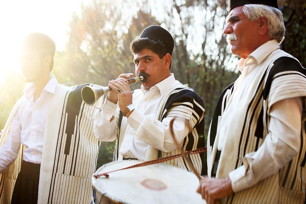 Dressed with the traditional chugha, the Bakhtiaris play music during weddings and other celebrations /Portant la traditionnelle Chugha, les Bakhtiaris jouent de la musique lors des fêtes et des mariages | IRAN