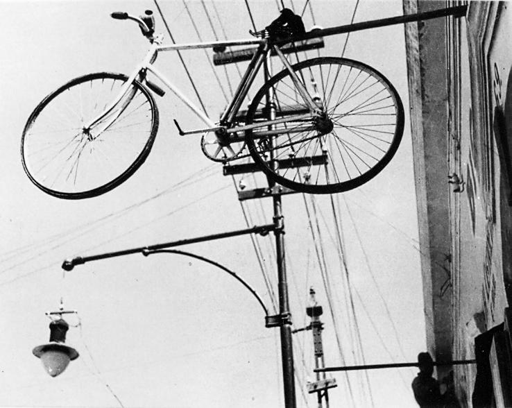 ÁLVAREZ BRAVO - Bicicleta en el cielo 1932