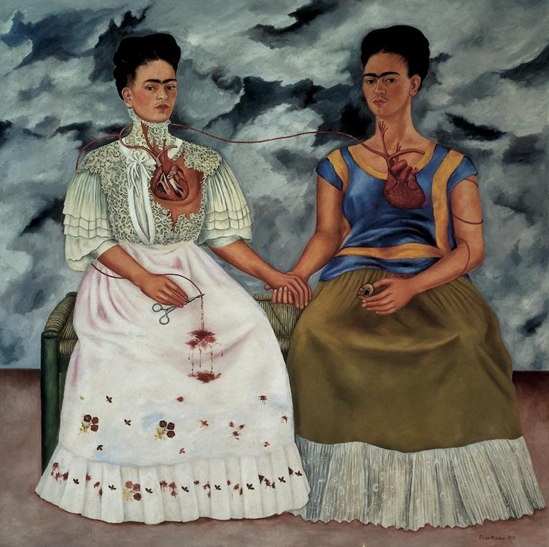 Frida Kahlo   Las dos Fridas , 1939  Óleo sobre tela  172 x 172   En 1940, Frida Kahlo participaría en la Exposición Internacional de Surrealismo. Este cuadro formó parte de dicha muestra. Dos años atrás, André Breton habría conocido la pintura de Kahlo, la cual habría denominado bajo el rubro del surrealismo.  Para esta pintora el género del retrato había sido desde sus inicios, en la práctica artística, el mejor vehículo para expresar ciertas inquietudes sobre el reconocimiento de su propia persona. La violencia discursiva e irónica habría complementado esta búsqueda. En esta pintura en particular, observamos un desdoblamiento de la propia Frida, ya que presenta su figura desde dos posibilidades que se mantienen unidas en una exhibición del corazón que es dividido en dos.