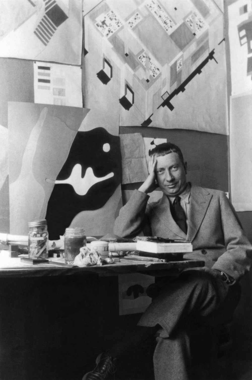 Jean Arp dans son bureau O_ l'Aubette, Strasbourg, 1926-1927.jpg