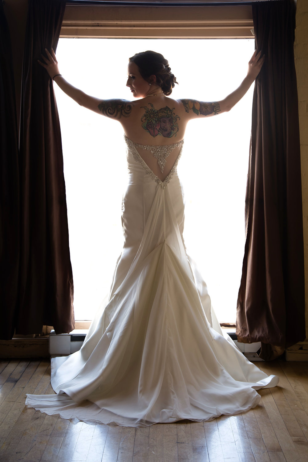 Wedding photograph of a bride in wedding dress by Cincinnati Wedding Photographer Thomas Bartler