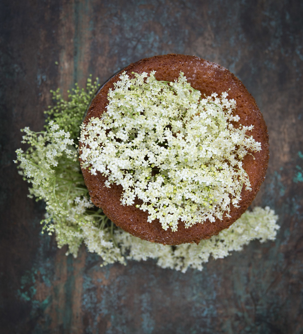 Cake with elderflower Syrup