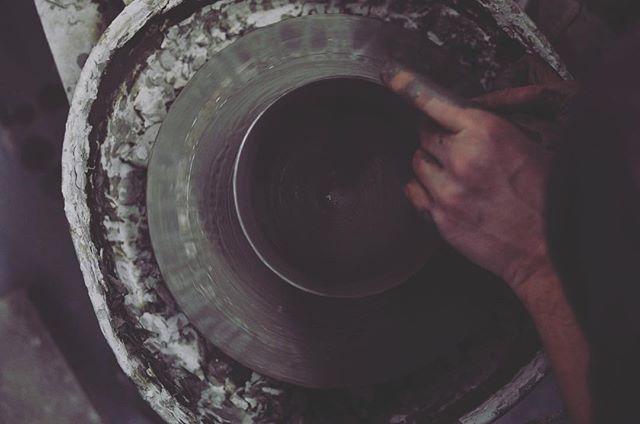 En vacker cirkel gjord för hand.  グスタフスベリにあるRikardさんの工房にて。お茶の器を作って頂いています。手から生み出される美しい円のカタチ。  #gustavsberg #gustavsbergsporslin  #sweden #stockholm #te  #tekanna  #matcha  #グスタフスベリ  #スウェーデン #ストックホルム