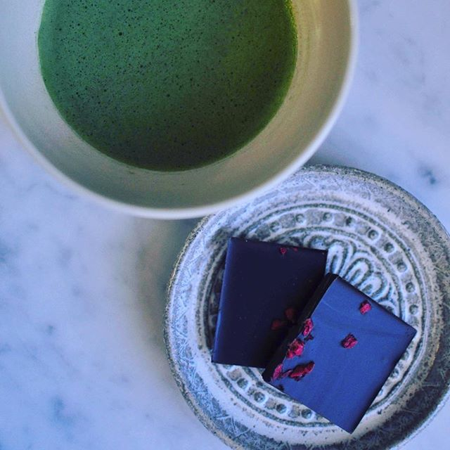 Underbar kombo. Matcha te och mörk chokladkaka med hallon🍵  #matcha #choklad #ippodo #kyoto #sweden #stockholm