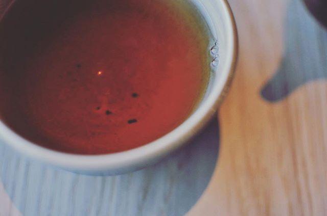 Hojicha har mindre koffein och passar därför bra innan du går och lägger dig. Godnatt och oyasuminasai!  #hojicha #ほうじ茶 #te #gröntte #tea #teatime #日本茶 #スウェーデン #ストックホルム #sweden #stockholm