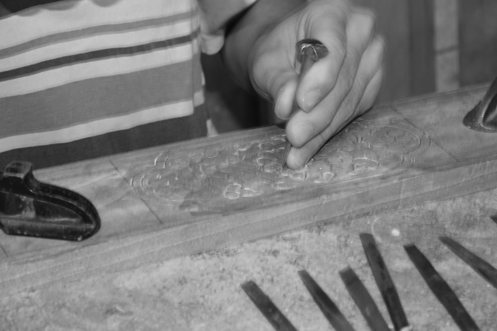 The pattern is engraved in order to prepare the inlay of Mother of Pearl