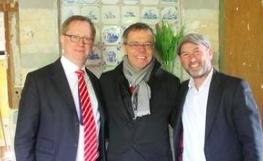 Vereinsgründer Moritz Gröning mit Bürgermeister Burkhard Exner und Alexander-Urenkel Thomas Harding vor dem mit Delfter Kacheln verzierten Kamin im ehemaligen Wohnzimmer des Hauses. Foto: sg