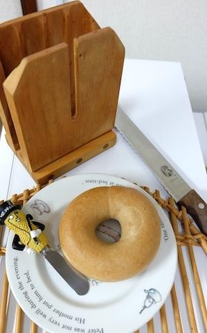 ブレッドナイフはヴィクトリノックスがスパッと切れて、切り口も美しく、気持ちいい〜 #bagle#zabers#victorinox#wedgwood