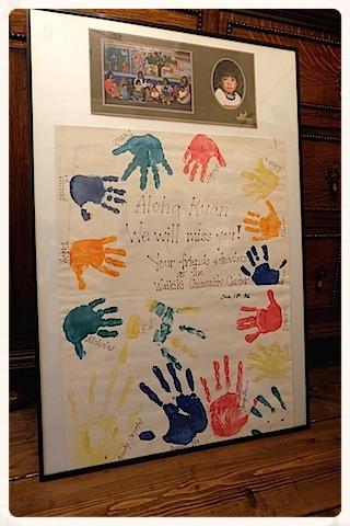 転校時にいただいた、クラスメイトと先生の手形&写真、サイン入りメッセージ。 インクが薄れてきているけれど大切な宝物♡ #waikiki#daycare#childcare#parenting