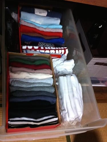 カットソーやTシャツは同じ幅に折り畳んで、立てて収納。 奥の仕切りが3面。  #organize#closet#cutsewn