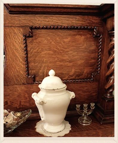 数十年前にアメリカから持ち帰ったポット。Cupboard の定位置にずっと居座っている。それだけで、なぜかホッ♡ #us#antique#pot#shabby