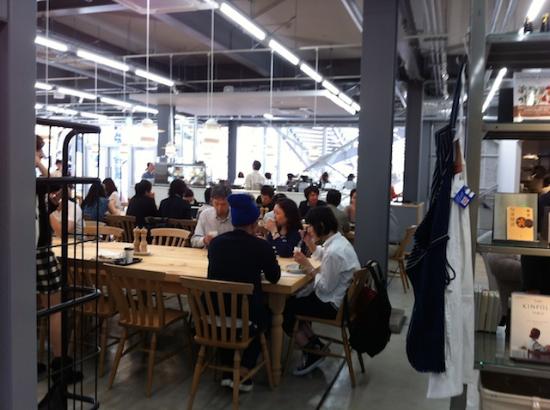 """""""MEAT & BREAD""""がコンセプトの料理が楽しめるカフェ。 コーヒーは鎌倉の〈カフェ・ヴィヴモンディモンシュ〉が la kaguのために焙煎した贅沢ブレンド。 #lakagu#cafe#afternoontea#sazaby"""