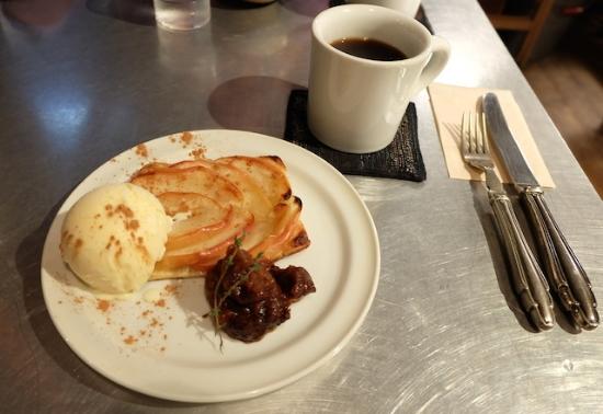 アップルパイもアイスクリームとプラムペースト、シナモン、と本格的な味。  #macrobiotic#yamashokudou#kiyosumishirakawa#organic#restaurant#dessert