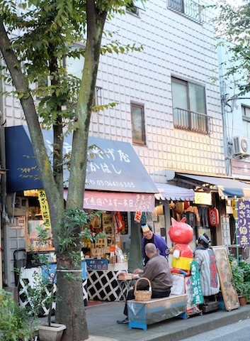 あさりの佃煮が置いてある!昔懐かしい駄菓子屋。おじさんの変装がかわいいの〜(^^) #kiyosumi#tsukudani#dagashiya#street