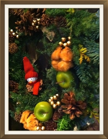 魔除けや豊作を願うーという意味があるリースも、今いろいろなデザインがある。  #wreath#christmas#decoration#parenting