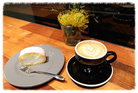 大人気の奥沢ロール♡ Kaminaga君作のラテ〜ごちそうさまでした(^^)    #theworkers#kaminaga#coffee#okusawaroll#sweets#aobadai