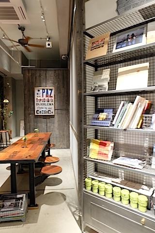 本やオリジナルグッズもお洒落。 #theworkers#kaminaga#coffee#bar#aobadai