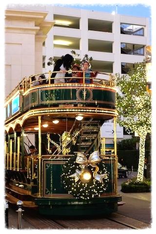 クリスマスソングの調べが優しく穏やかに流れて。。  #thegrove#christmas#night#decoration#car