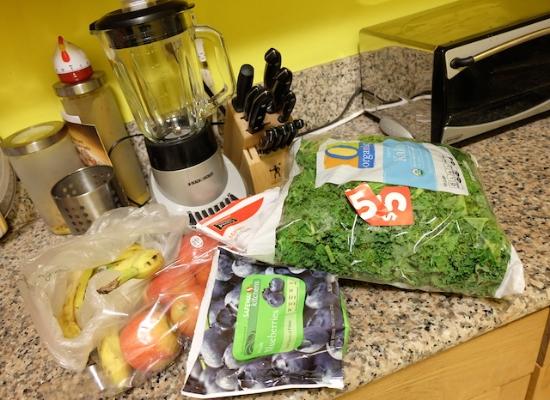 Kale(右の大袋)にバナナ、りんご、冷凍のブルーベリー、ストロベリー、マンゴーなど。         #kale#smoothie#health#beauty