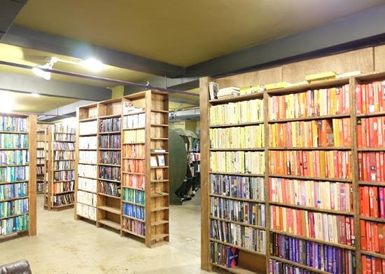 色別に並べられた書棚コーナー #thelastbookstore#losangeles#downtown