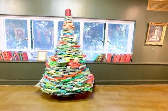 本を積み上げて作ったクリスマスツリー #thelastbookstore#losangeles#downtown#booktree