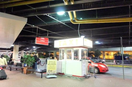 空港のタクシー待ちの長い列も待たなくていいし。。 #louisarmstrong #neworleans #international #airport# transportation# taxi#travel