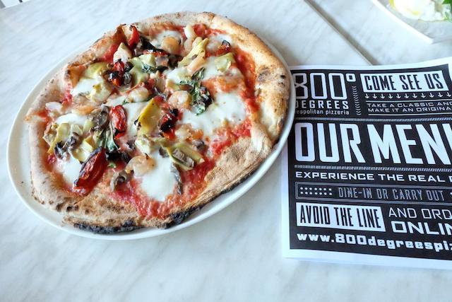 クリスピーのマルゲリータにエビ、アーティチョーク、マッシュルームを選んでみた。完璧! #800#degrees#pizza#santamonica#crispy