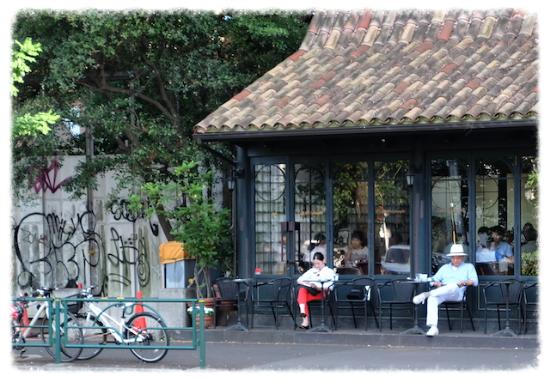 カフェでゆっくり新聞に目を通したり、本を読んだり。。そんな時間が心に豊かさを運んでくれる。