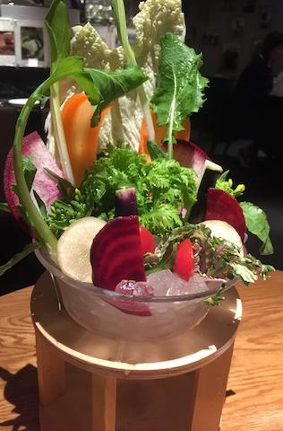 名物のバーニャカウダ。全国の農家の方達が心込めて育ててくれた安全な野菜は、甘くて優しい味。