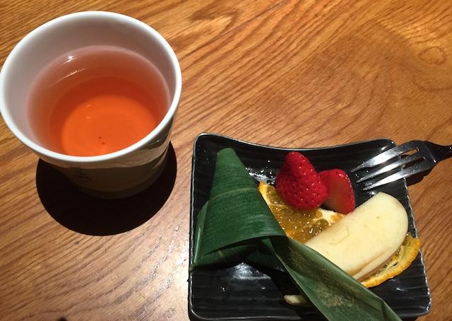 昔食べたような果物の味そのままのフルーツ&笹の葉に包まれたきな粉のわらび餅 w/ハイビスカスティー
