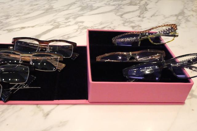 眼鏡やサングラスといった小物も、大人の女性にはとても重要。