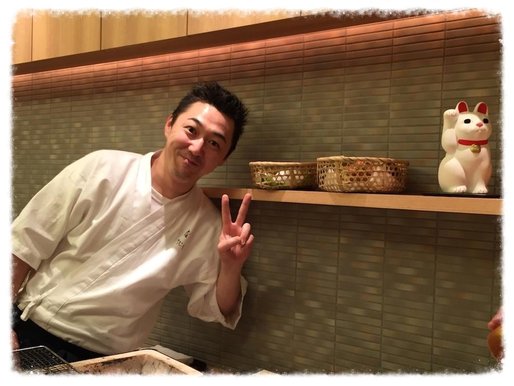 店主の藤田真一郎氏。お料理作っている時は厳しい凛としたお姿なのだが。こんなお茶目なイケメン料理人。   鮨 ふじ田   東京都中央区銀座3-13-5  Tel: 03-6278-7018    http://fujita-sushi.com