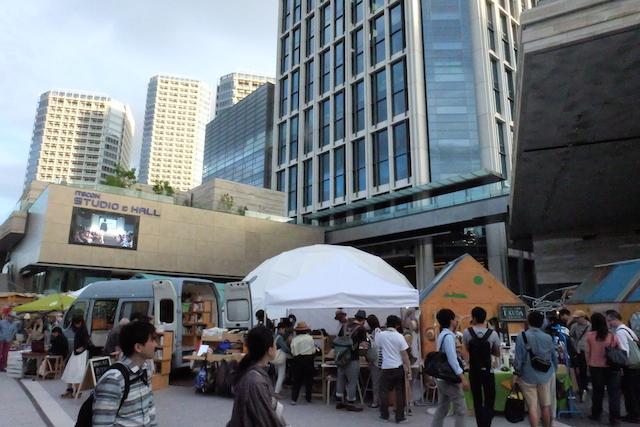 広場ではマーケットが開催されていていろいろなベンダーが出店。ステージや楽天カフェなど活気が溢れて。