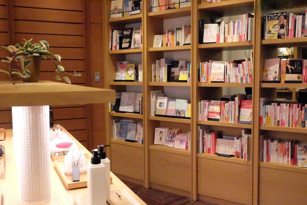 「美」に関する家電コーナーに美容関連の書物、美容グッズ、という見せ方。