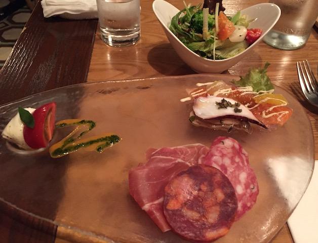 アンティパスト、カプレーゼ、サラダ。。美しいガラスのお皿で。。