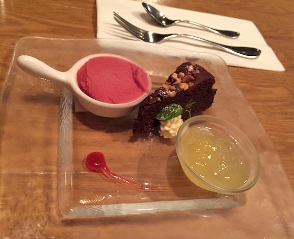ドルチェは、パインのジュレ、レッドベリーのソルベ、チョコレートガレット。。  前菜からデザートまでの味、量の計算されたバランスは、天才的!