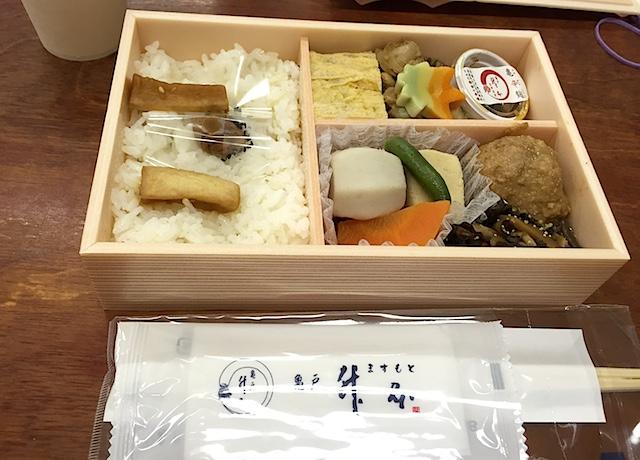 亀戸「升本」のお弁当をいただきながら、交代で休憩。