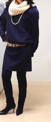 AFTER・・・ 全身のバランスを見ながら、一番脚がきれいに見える丈になるように、紺色のチュニックワンピースを少しブラウジングさせて太目のベルトでウエストマークする。 顔色を明るく見せ、同時に目線を上にもってくるため、アイボリーのスヌードを添える。 ロングパールネックレスを着けて、縦のラインを作る。 ラウンドトウのパンプスよりも、ポインテッドトウのパンプスを選ぶと脚長効果ですっきり見える。