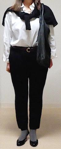 Before・・・ ジャストサイズの黒のパンツと白いシャツ。黒のカーディガンを羽織るいつものスタイル。