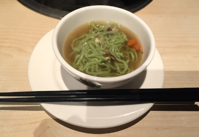 締めは、言うまでもなく全ての旨味が出ているスープでクロレラ入りの翡翠麺を。。