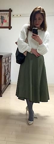 カーキのフレアスカートって意外と見ない。定番からはずしたカラーバリエで、いつものファッションが新鮮に。