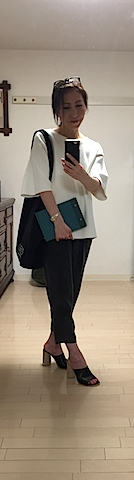 通常スタイリングをする時は商品の色を邪魔しないように黒や白の服で。今日はテーマがニットだったので私もニットで。 大切な商品を扱うのでアクセサリーは外します。