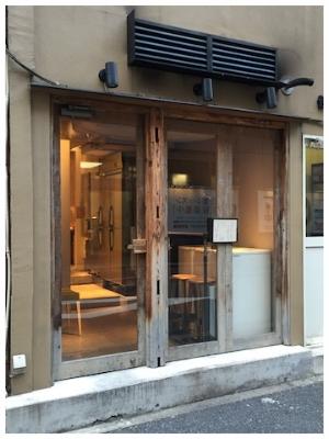 ふと通り過ぎてしまうような入口。でもガラスのドアを開くと、この中に素晴らしい食事空間が広がるのです。