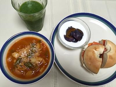 野菜ごろごろのミネストローネは、大好きなサーモン&ブルサンベーグルと。お客様からいただいたフレッシュなプルーンをヨーグルトに入れて、私的にはこれでかなり豪華なブランチ♩