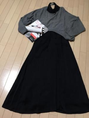 黒のドレスの上にカシミアのニットを。
