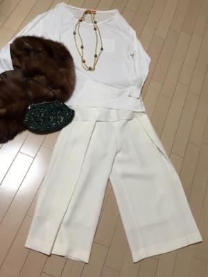シャツ脱いで>>>ホワイトのワントーンコーデは、スペシャル感いっぱい!