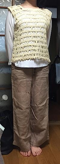 色の雰囲気を見たくてリネンのパンツを履いてもらった。このカラーで秋冬パンツは今度のショッピングリストに。彼女のワードローブには必須アイテム。  大切に保管していたおばあちゃん手作りのニットベストもおしゃれにデビュー♡