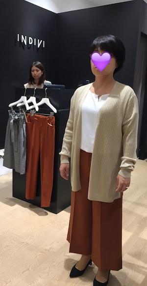 こっちのパンツの方がラインもきれいで、今年風。色もトレンドのテラコッタで秋らしいファッションに最適。